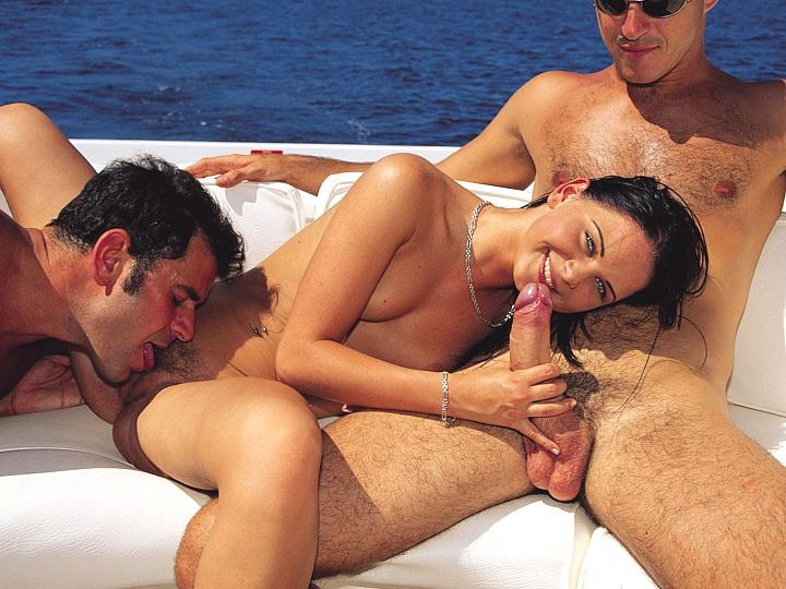 трахают вдвоем девушку на яхте