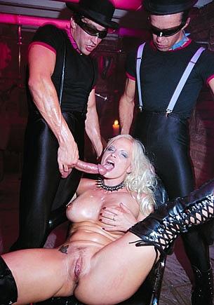 Ingrid Swede se masturbe avant une double pénétration