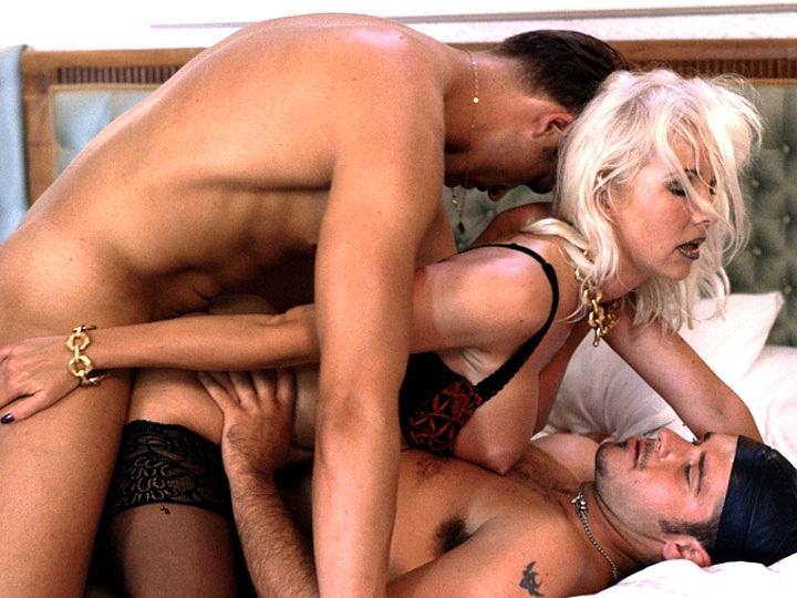 blondinka-smotrit-porno-video