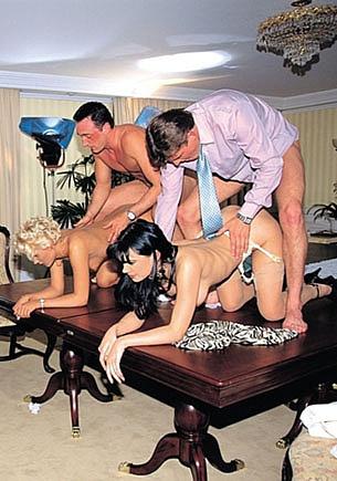 Natasha Storm y Suzan Nielsen, orgía con anal en la oficina