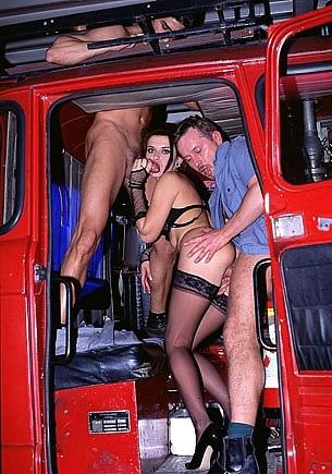 Ivy Crystal y Helena con el cuerpo de bomberos