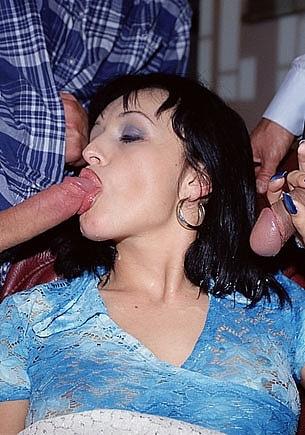 Vivian, la sirvienta en un trío con dos policias