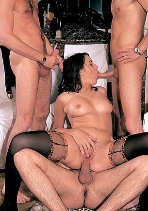 Peggy con tres bestias en celo