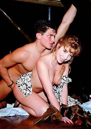 Zana Sun & Brittany Morgan, orgía con anal en el bar