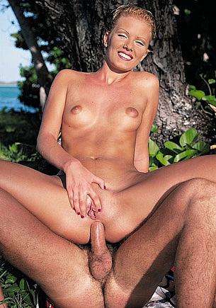 Mademoiselle Suzan se relaxe en se faisant baiser sous les Tropiques