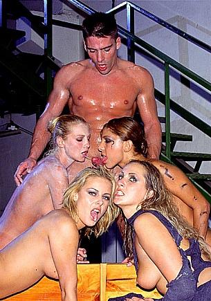 Vier geile Mädchen blasen und ficken den schlafenden Toni
